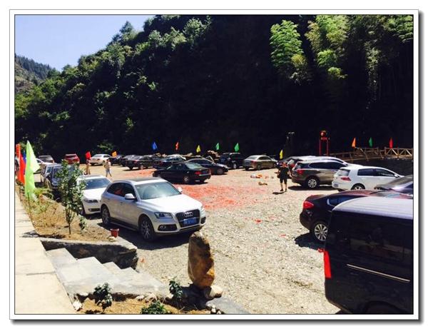 穿岩山森林公园莆千景区停车场停满了来自各地的车辆